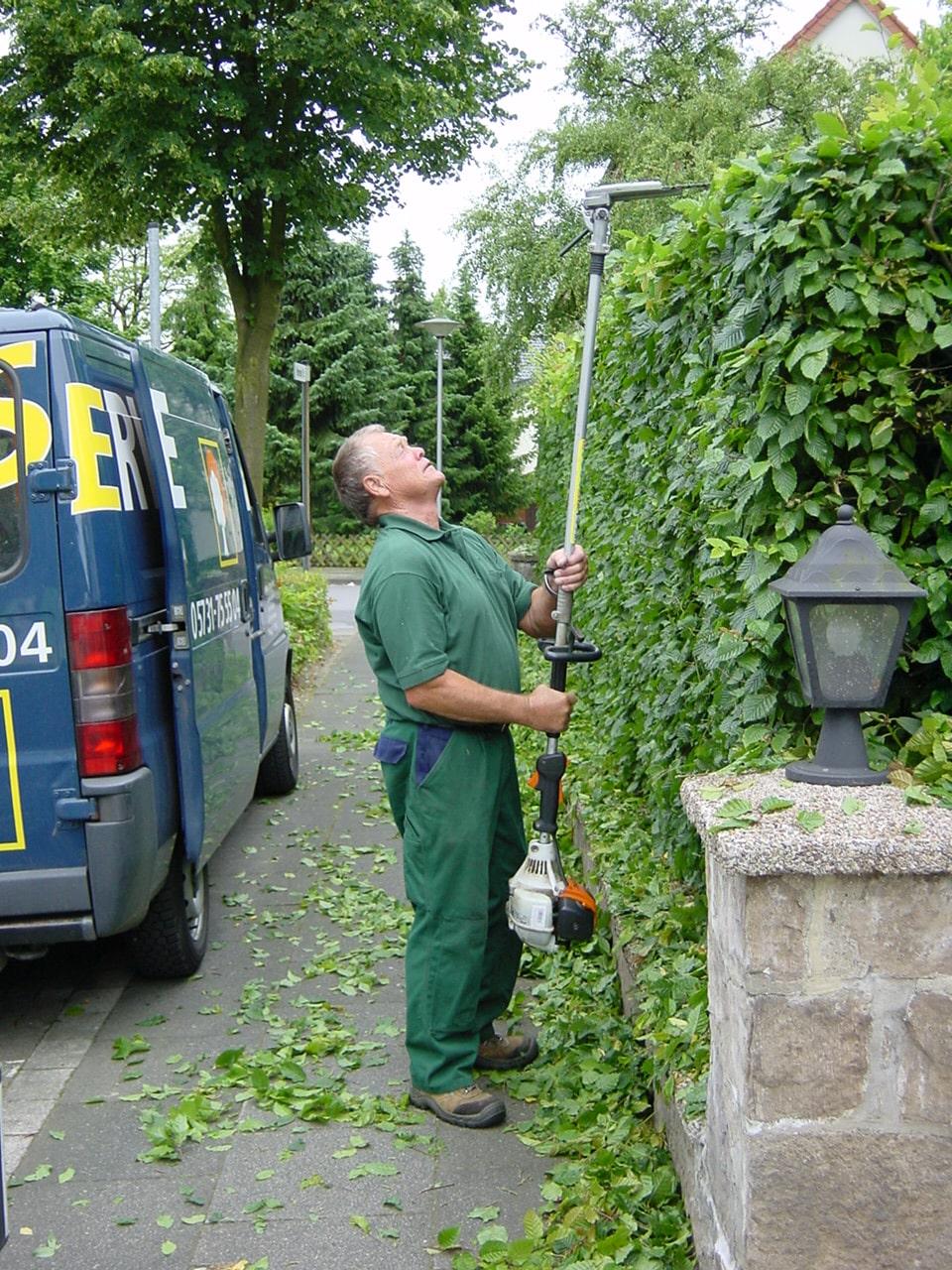 Rückschnitt der Bepflanzung im Rahmen der Gartenpflege in Bad Oeynhausen